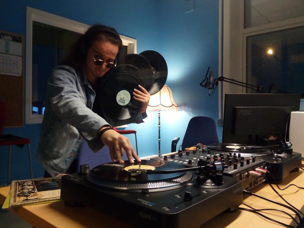 Runar spinner vinyl på våre splitter nye turntables.
