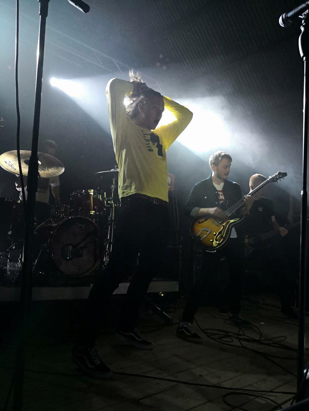 Lüt rocka scenen skikkelig på fredagskvelden og spiller hard rock med elementer fra punk og hardcore. Foto: Charite Esp