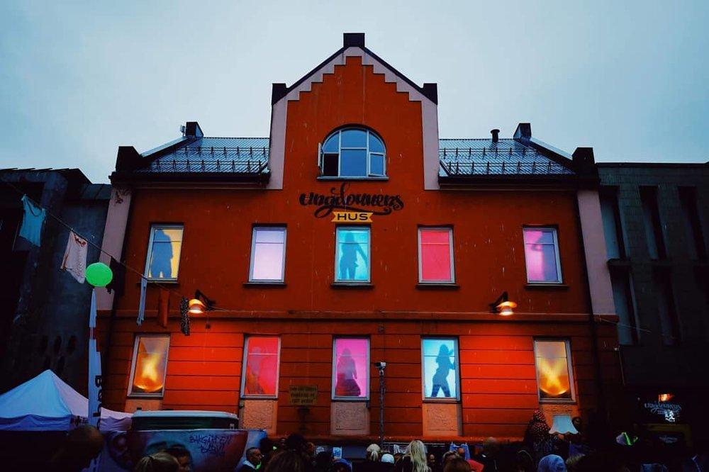 Ungdommen på Ungdommens Harstad sørget for et heftig lysshow under Bakgården 2018 (foto: Ungdommens Hus)