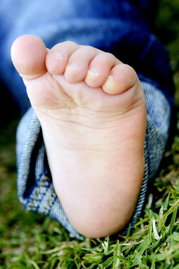 angielou.com.au-photography-children-newborn-kids-portrait-lifestyle-family-toes.jpeg