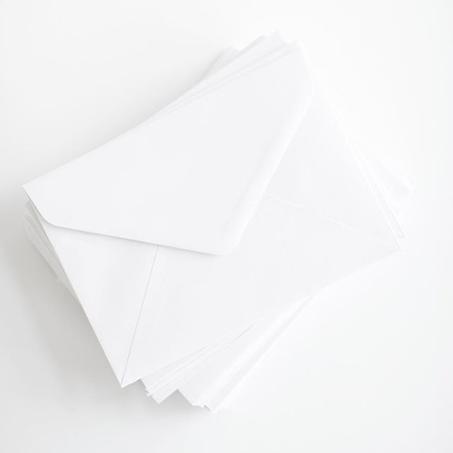 Only three weeks left until Santa comes 😆 It's time to mail Christmas cards to all your loved ones around the world or the postie won't get them there on time ❤️️ . #angielouphotography #santa #christmas #mail #ontime #post #postie #envelopes #white #cards #stationary #styling #inspired #minimal #smallbiz #lovedones #world #sharethelove #locals #sydneyaustralia #northernbeaches #northernbeacheslocal #northernbeachessydney #northernbeachesmums