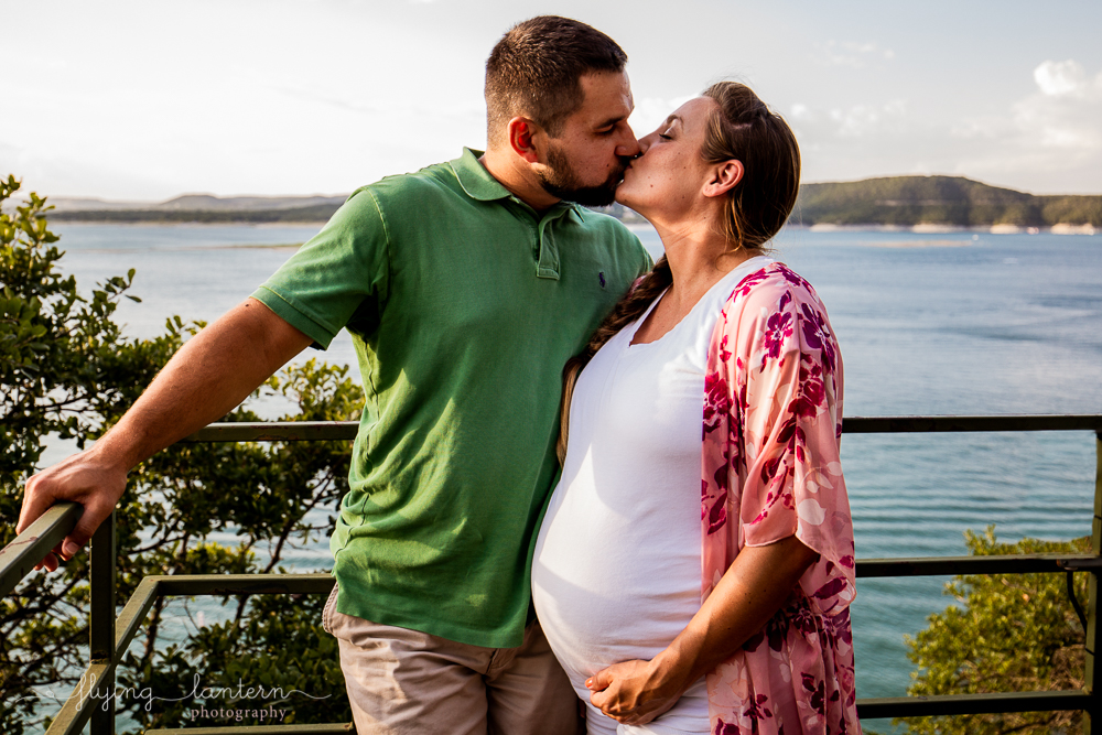 Extended family session on Lake Travis during family reunion. couple kissing woman expecting. Photo by Erin Reas of Flying Lantern Photography