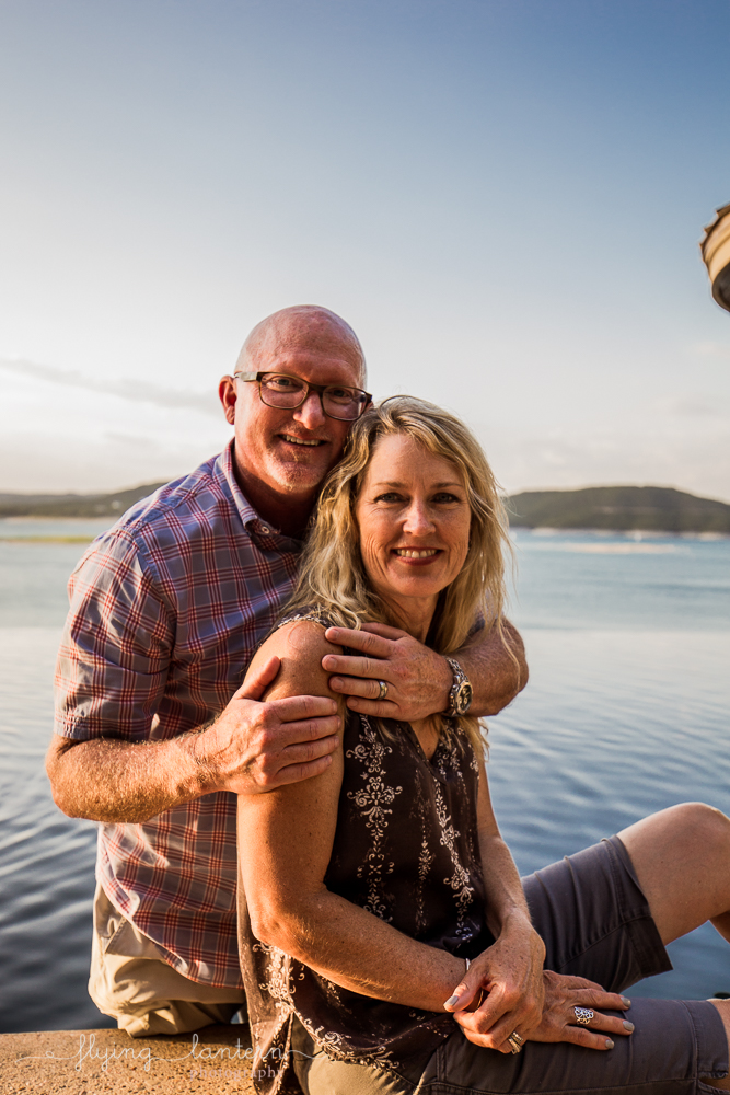 Extended family session on Lake Travis during family reunion. couple portrait. Photo by Erin Reas of Flying Lantern Photography