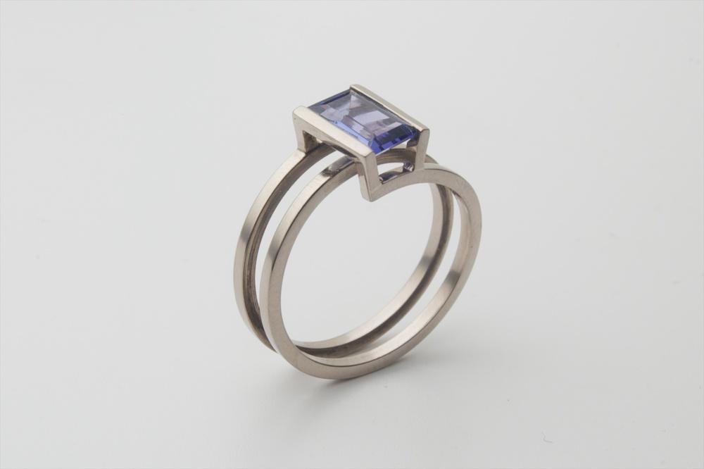Helix ring 1 witgoud tanzaniet.jpg