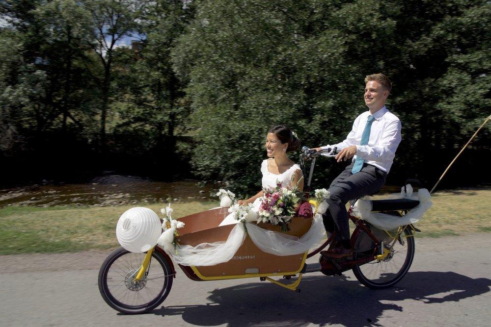 Ekteparet Trædal/Berg valgte ikke hest, men transportsykkel da de ble smidd i hymnes lenker sommeren 2018. Foto:CF-Wesenberg.