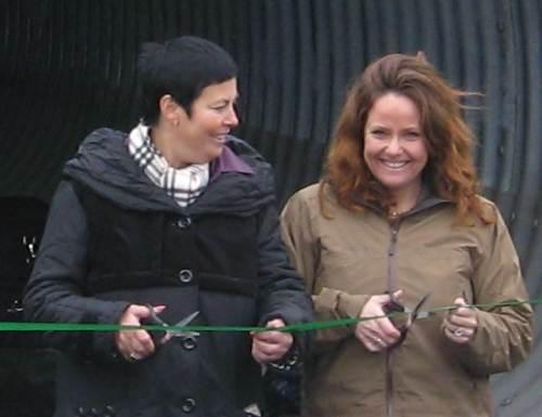 Merete Agerbak-Jensen og Heidi Sørensen klipper snor.