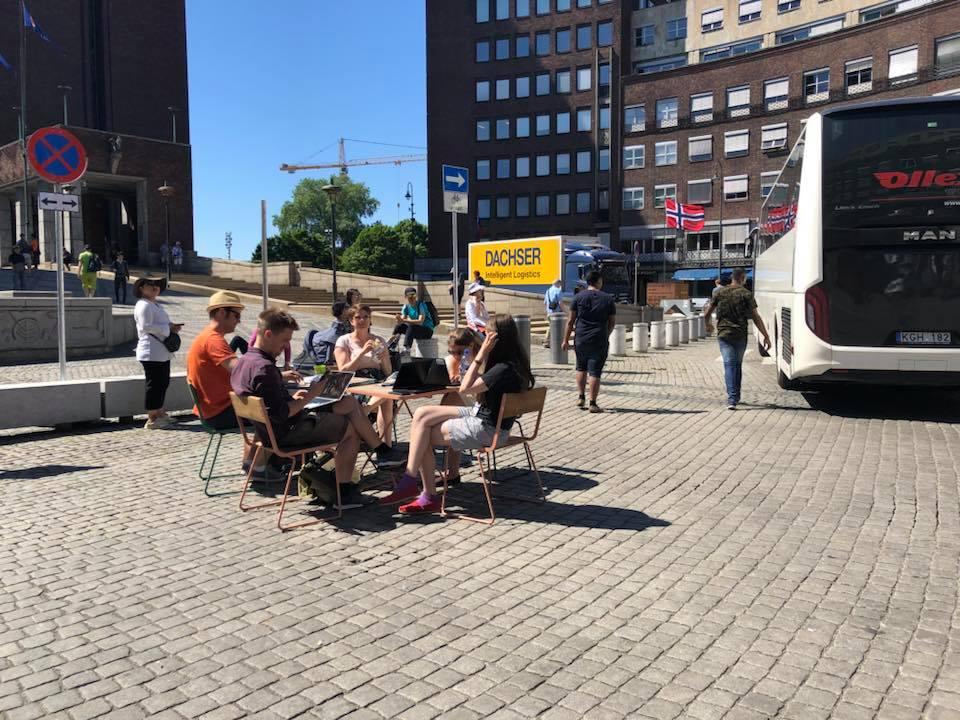 MDGs Eivind Trædal og hans grønne medarbeidere har arbeidsmøte på Fridtjof Nansens plass for å demonstrere bilfritt område bak rådhuset.
