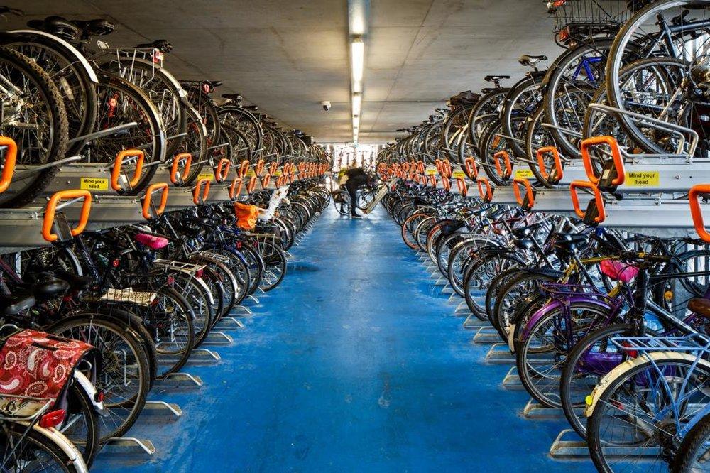 Dette er det største parkeringsanlegg for sykler i England. Plass til 2800 sykler.