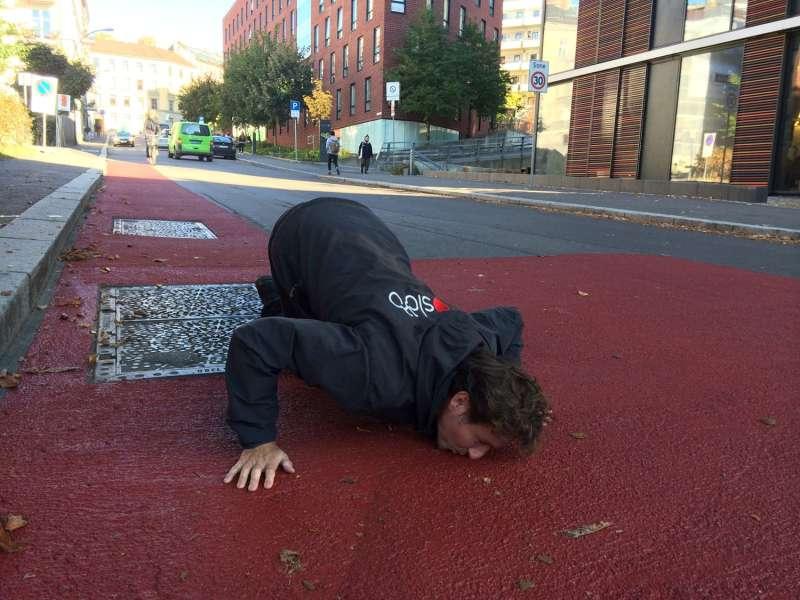 Sykkeldirektør Rune Gjøs i Oslo kommune elsker lukten av rød asfalt, i følge Statens Vegvesen.  https://www.vegvesen.no/fag/fokusomrader/Miljovennlig+transport/enkle-tiltak/rodt-dekke/rode-lopere-for-syklister