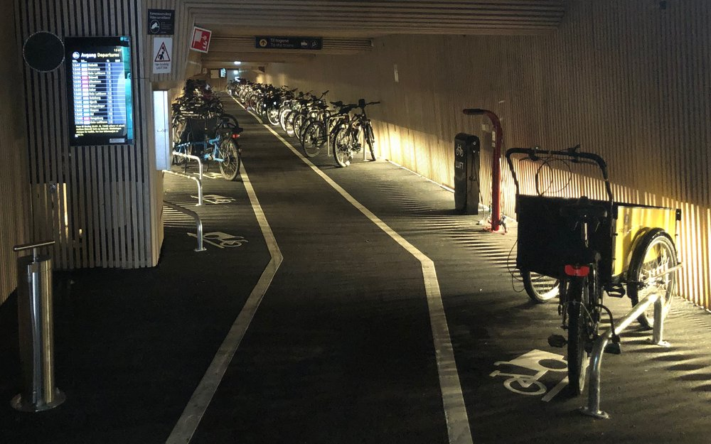 En scene fra byrådets sykkelhotell på Oslo S. Dette tilfredsstiller alle krav og koster 100.000 kroner å leie per måned. Eller 4000 kroner per kvadratmeter, noe som er like dyrt som de mest eksklusive kontorlokalene i Oslo.
