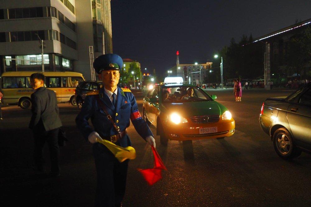 Nord-Koreansk gatebetjent. Se flere bilder lenger ned.