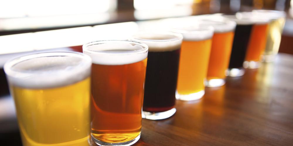 Cervejas artesanais no balcão