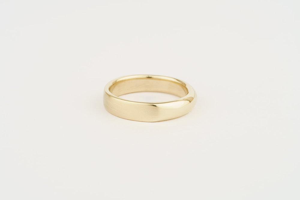 Gents' 9ct yellow gold wedding band - half flat half round - with a polished and matte finish