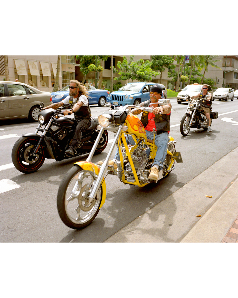 PEOPLE WATCHING ON KALAKAUA AVENUE