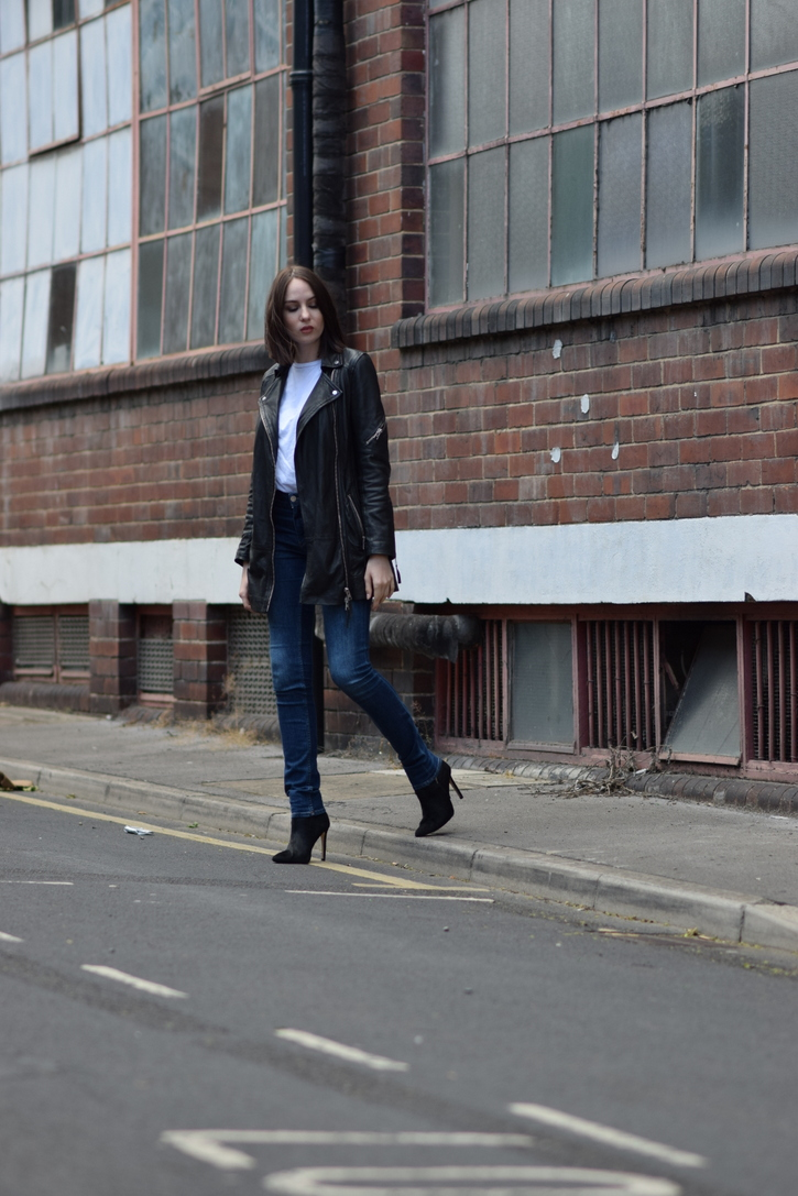 Skinny jeans, white t-shirt, black boots and leather jacket