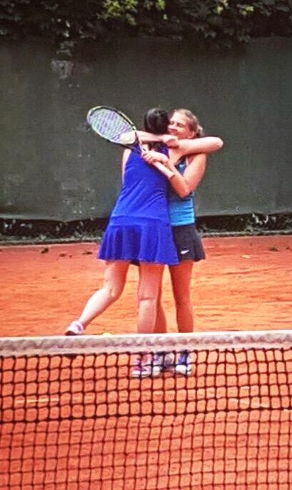 Silia und Vanessa fallen sie glücklich und erleichtert in die Arme.