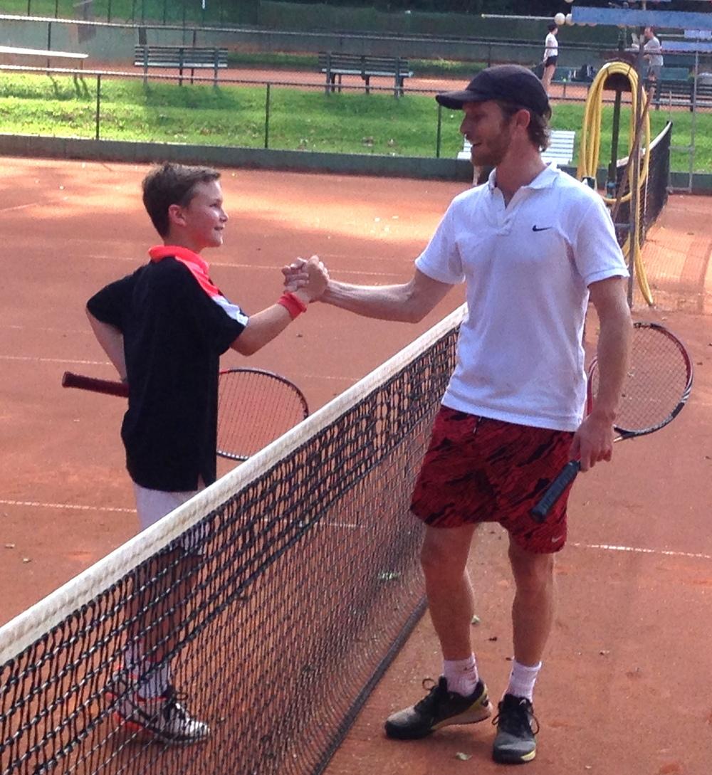 Handshake nach dem Coup des Junioren: Emil Handschin und Sebastian Schibler