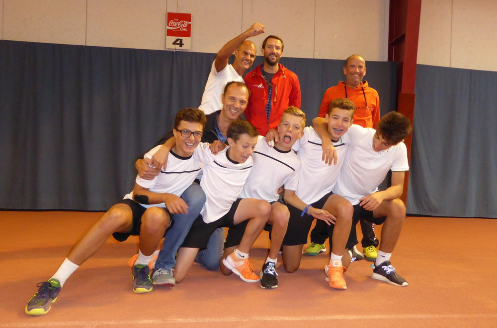 Quintett mit Titel-Ambitionen: Sacha, Mika, Onur, Noel und Georg feiern mit dem Trainer-Staff die Qualifikation für Winterthur.