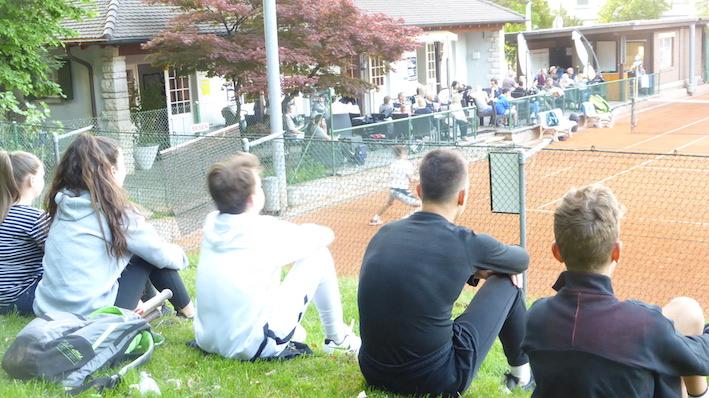 P1020259.Publikum auf Rasen und Terrasse.JPG