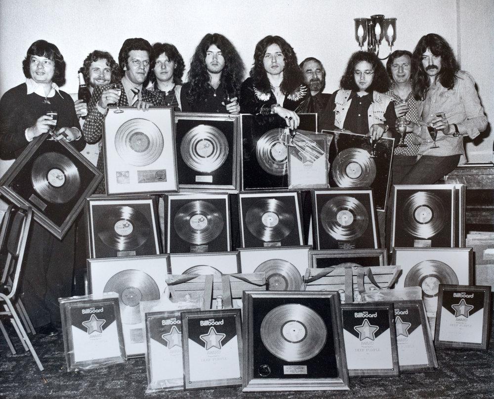 4. Larry Yaskiel con los miembros del grupo Depp Purple durante su etapa de ejecutivo de la industria musical internacional.jpg