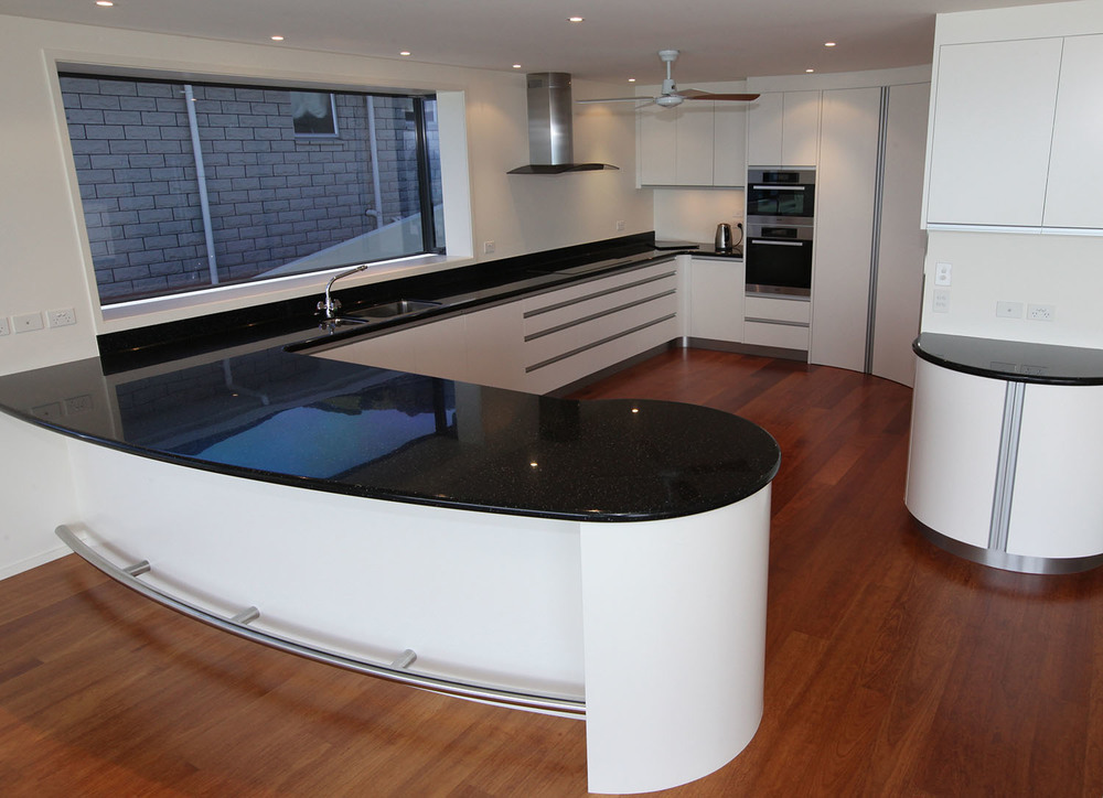 Lacquered kitchen with acrylic top