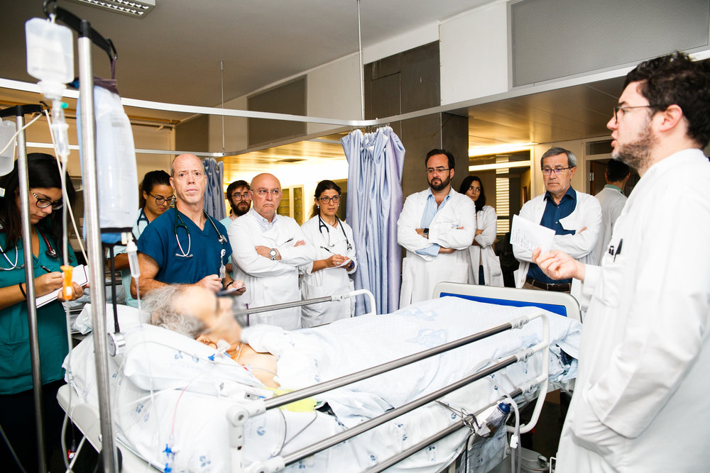 They start the day early with a visit to all the pacients in the service, both in the wards and the intensive care. All the doctors see every patient and share opinios on the best course of treatment.
