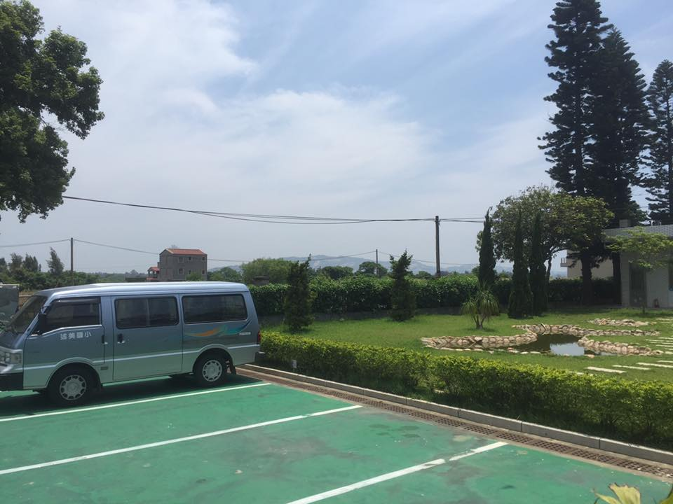 Shumei pond and bus.jpg