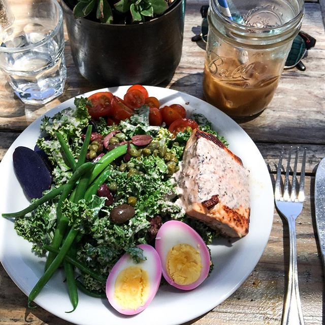 Nothing like celebrating the long weekend with good company & good food! I couldn't ask for more. 👉🏼@melaniemae77 @dlm_silva @malibufarm👈🏼 This Salmon Kale Niçoise salad had me like 🤤! Hope you're enjoying your Monday!