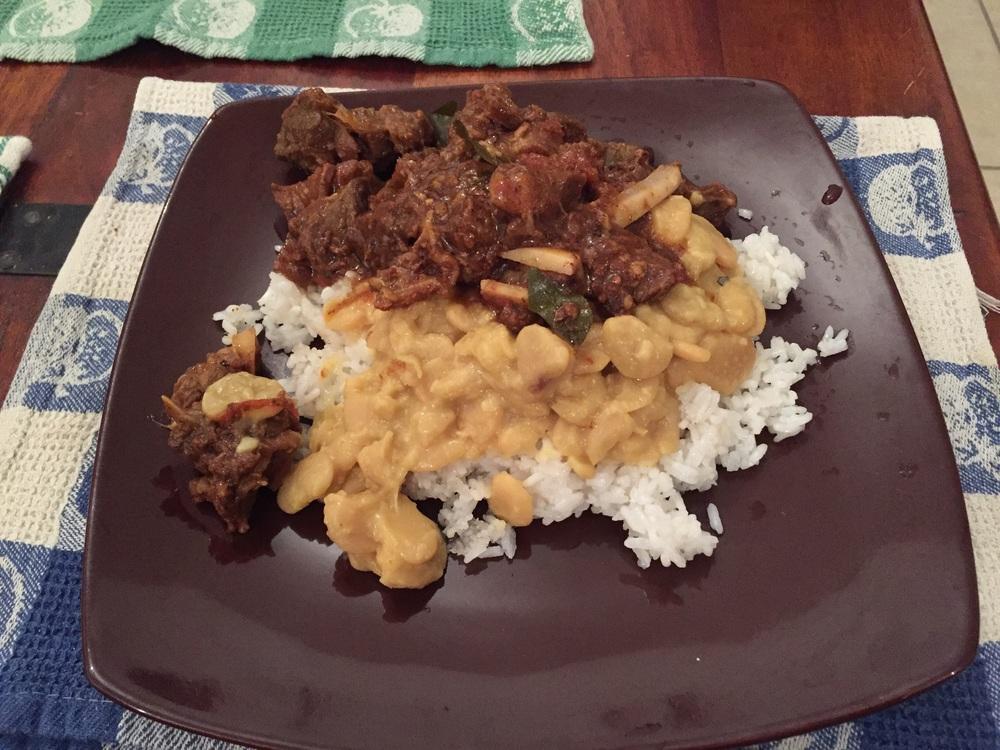 Cabri Masalé et pois du cap avec riz pilaf