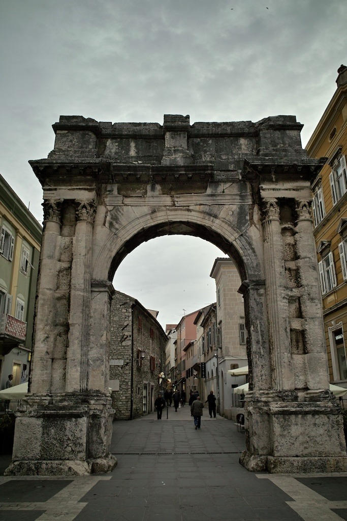 Arch of the Sergii      More ancient Roman architecture is found in central Pula, such as the  Arch of Sergii .