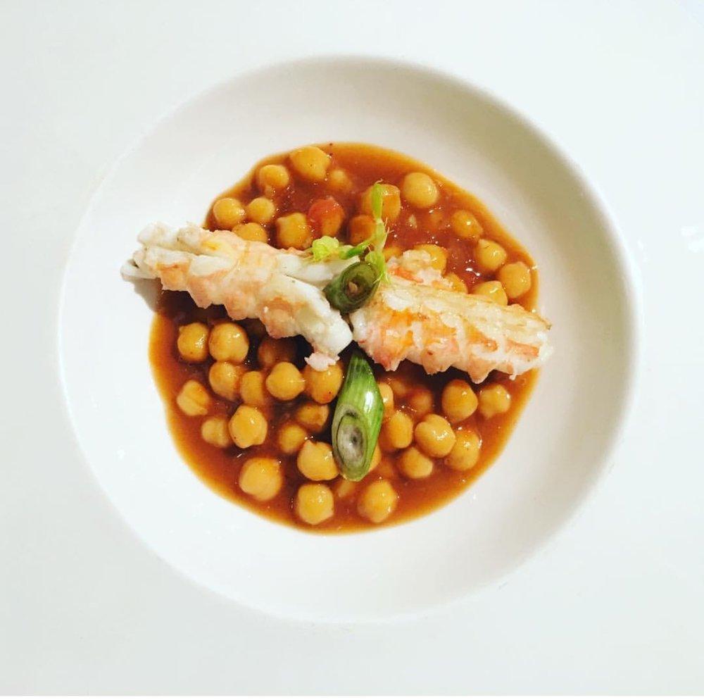 Este plato, que es una receta aprendida en la Escuela de Hostelería Hofmann,está delicioso. Comida de domingo completa, que podemos preparar con antelación casi por completo.