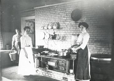 Suomessa vielä 1800-luvun loppupuolella kalustaminen oli varsin niukkaa tuvissa ja kartanoissakin. Keittiöissä tärkein ja suurin alue oli tulipesä keittolevyineen. Vesi kannettiin sisään ja pois keittiöstä erillisillä astioilla. Ruotsalaismallisissa aateliskartanoiden keittiöissä pärjättiin muutamilla alakaapeilla ja avoseinähyllyillä. Kattilat ja vispilät roikkuivat seinäkoukuissa. Ruoka-ainekset olivat erillisissä seinäkomeroissa. - Ruokalan keittiö Vaasassa 1900-luvun vaihteessa.Kuva: Pohjanmaan museon arkisto.