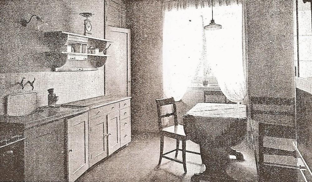 Ennen saksalaisen menestystuotteen lastulevyn kulta-aikaa kalusteet valmistettiin umpipuusta, vanerista tai yhteen viilutetuista mäntyrimoista (rimalevy eli kimpilevy).Viilurakenteet mahdollistivat tehokkaamman ja halvemman kalustevalmistuksen 20-60 -luvun Suomessa.Tämä toi kalustemuotoiluun mukaan elementtiajattelun juurta.Kaupungistumisen myötä kalusteet muotoituivat uuden tarpeen mukaisiksi kerrostaloasumisessa. - Kuva: Elja Kiljanderin mallikeittiö. Kotiliesi v 1924.