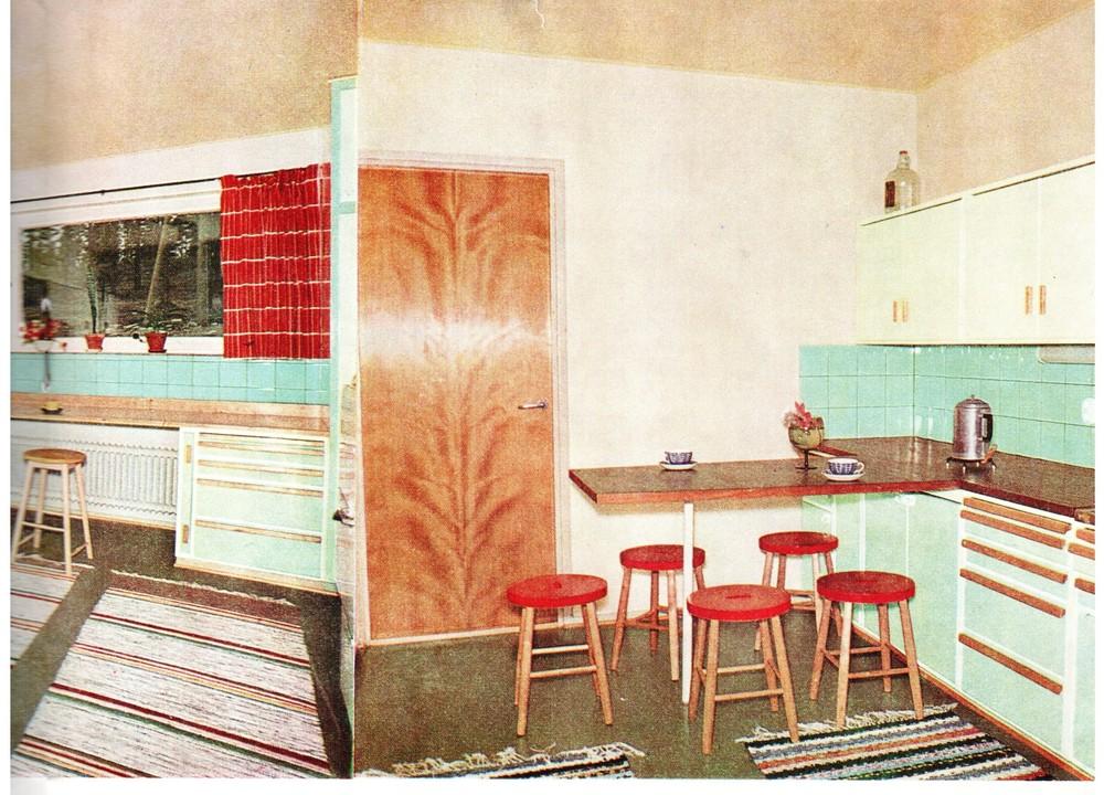 Vuonna 1924 Ruotsin standardoimiskomitean koekeittiöllä määriteltiin suomalaisen keittiön perusmallia, jossa kaikki toiminnot olisivat 'nykyaikaisia'. Tästä lähti keittiömoduulien aikakausi, jota elämme vieläkin.50-luvun keittiöissä yhdistyy puurungot, huulletut ovet, rst-pesupöytä ja puureunainen laminaattitaso sekä lattialiesi.Vetimet olivat puutankovetimiä tai lankavetimiä. - Kuva: Arkkitehti Lasse Saarisen suunnittelema keittiö vuodelta 1957. (Lähde: Asko-kalustelehti 1957.)