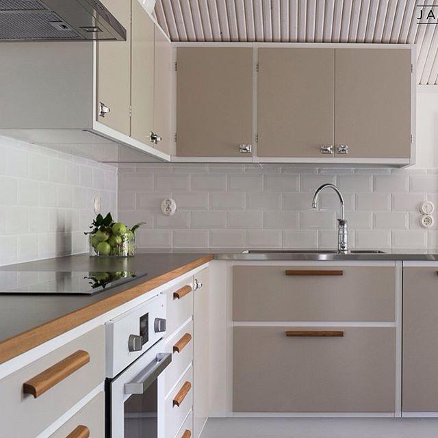 Beige 50-luvun keittiössä tiikkiset puutankovetimet ja kromatut sormikoukkuvetimet antavat aitoa tunnelmaa...