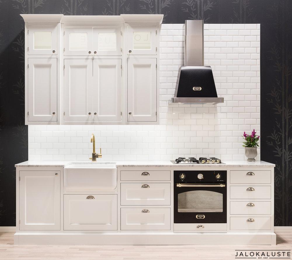 Vanhanajan keittiö Helmissä on kehysovessa kaunis muotoreuna ja taso Carrara-marmorista. Posliiniallas on Shaw of Darwenin Butler 600. Sähköuuni, kaasuliesi ja upea huuva ovat italialaisen Lofran muotoilua.