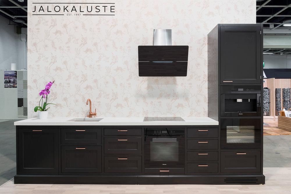 Jalokaluste_musta-kupari-keittiö1.jpg