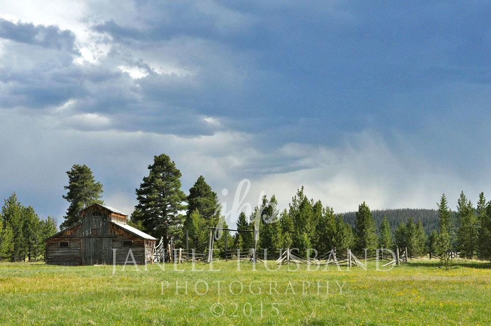 Barn-in-Kawuneeche-Valley-DSC_7901.jpg
