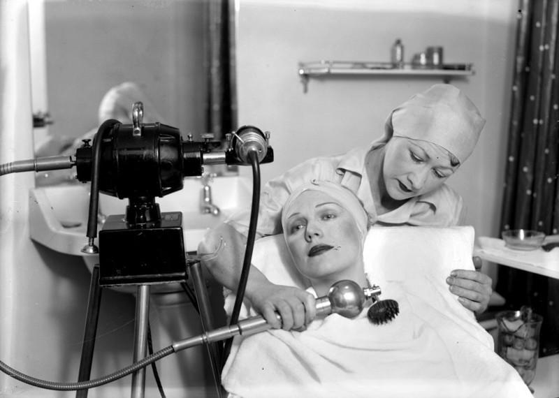 Косметолог-эстетист - Требования:---------------Опыт работы > 5 лет.Знание косметики Holy Land, Sferangs, HydroPeptide.Владение различными техниками массажа.Владение аппаратными процедурами (RF-лифтинг, фотоомоложение и фотоэпиляция, микротоковая терапия, лазерная биоревитализация, ультразвук).Депиляция и шугаринг.Среднее/высшее медицинское образование.Гражданство РФ