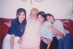 Gurudev with Sisters.jpg