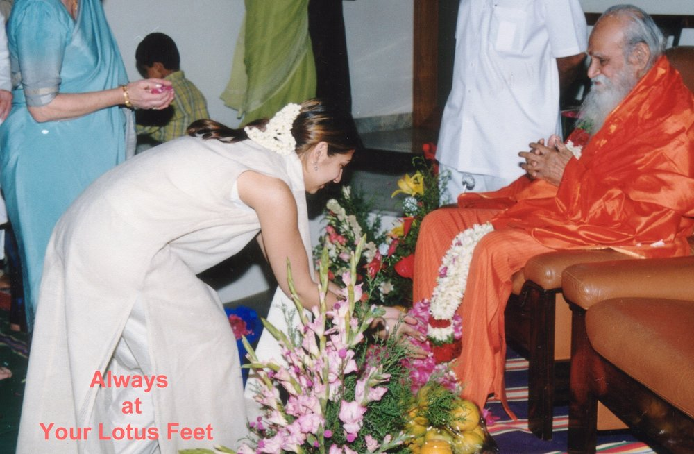 Hersha & Gurudev Flowers Feet.jpg