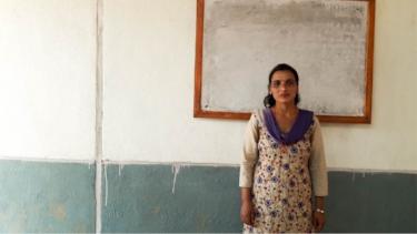 Shraddha, eine nepalesische Lehrerin, die ihren Schülern nach dem Erdbeben hilft