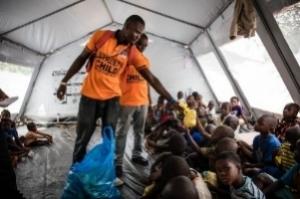 """Sierra Leone: Renovierung von über 400 Klassenzimmern Verteilung von Büchern, Bleistiften und Kugelschreibern an über 11.000 Kinder Ausgabe von über 80.000 Mahlzeiten an Opfer der Überschwemmung und den Schlammlawinen in Freetown Aufbau von 225 Klassenzimmern in Zusammenarbeit mit """"Catholic Relief Services"""", """"World Vision"""" and """"DfID"""", um die Bildungsqualität in Mittelschulen zu verbessern"""