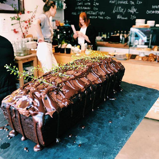 Dnes ukončíme týždeň bezlepkovým čokoládovo-mandľovým loaf-om @kolachella