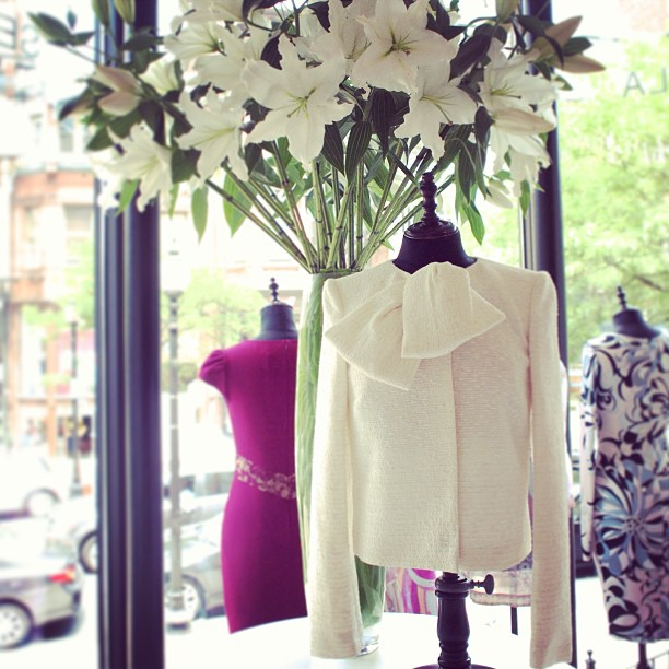 Our white lilies from @WinstonFlowers perfectly match our spring @GiambattistaPR Valli tweed cropped jacket