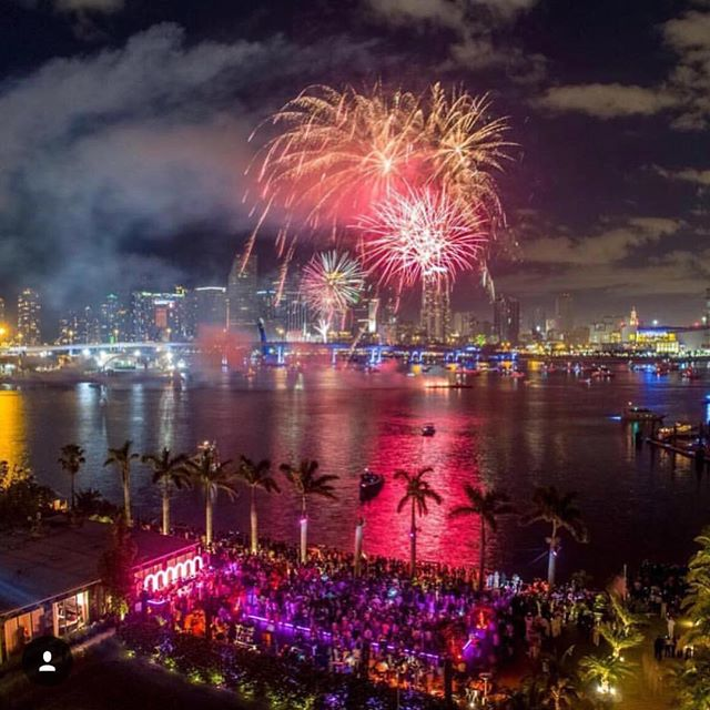 This is how we welcomed 2018 in #Miami 🎉💃🏻🍾🎉💃🏻 Happy New Year to all!  Photo borrowed from @aloftmiamibrickell @miamientertainmentgroup #visitmiami#miaminewyears#vacationmiami#fireworks#miaminights #miamibeach #miamievents #celebrationtime #bayside #downtownmiami