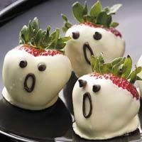 Halloween strawberry ghosts using white chocolate. Image Source: Pinterest