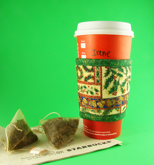 Thinsulate insulated Holiday Patchwork Kup Kollar on 24 oz hot take-out cup