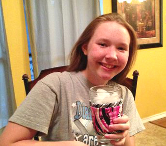 Thinsulate insulated Pretty Pinks Kup Kollar on 16 ounce glass of water.