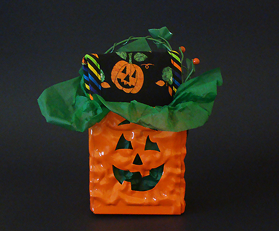Thinsulate insulated Jack o' Lantern Kup Kollar for hot and cold beverage containers.